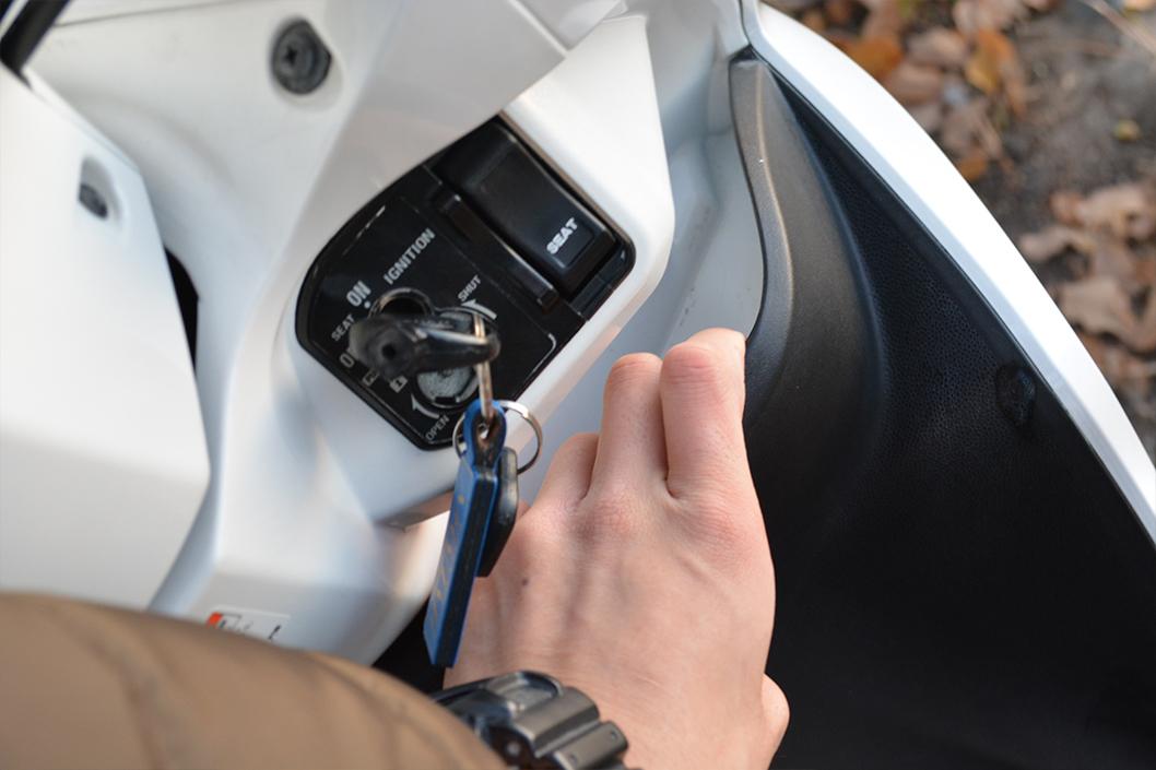 dio110(ディオ110)レビュー。これは買うべきスクーター。:右側のフロントポケット。かなり薄いため何が入るか思いつかない