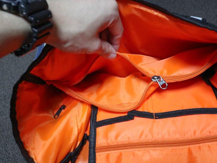 ファスナーの中にも小さめのポケットがある