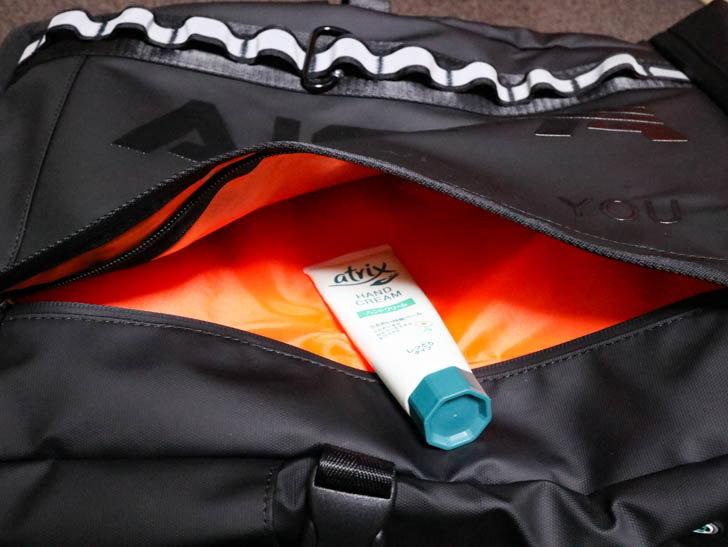 外側外面の収納。薄めのポケットで、開閉するファスナーは防水加工がされている。