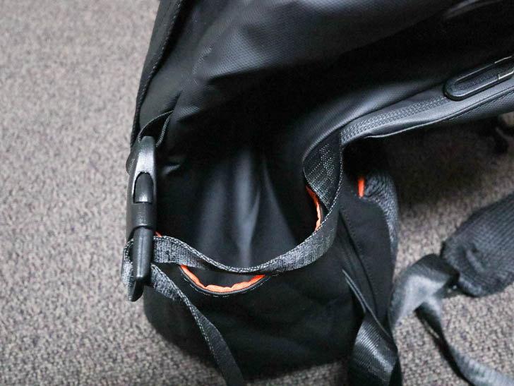 側面のポケット。一般的なドリンクホルダー的な作り。左右に1か所ずつある。